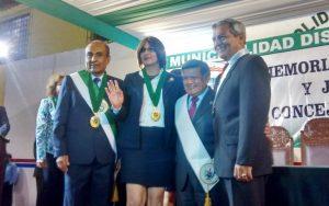Luisa Revilla al momento de recibir la medalla de regidora