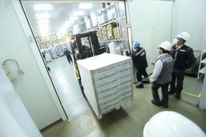 Imgreso de vacunas a almacén de Cenrares en Lima. - Foto: Minsa