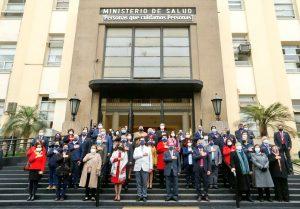 Autoridades del Ministerio de Salud realizan minuto nde silencio por las víctimas del Covid-19